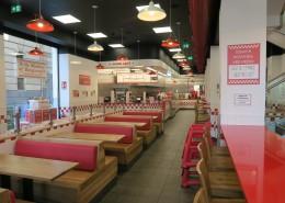 Booths para clientes y barra en Silestone rojo