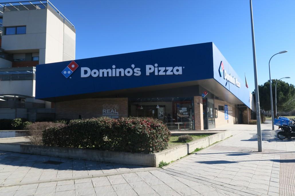 Cymes apertura y renovaci n de imagen domino s pizza for Toldos para locales comerciales